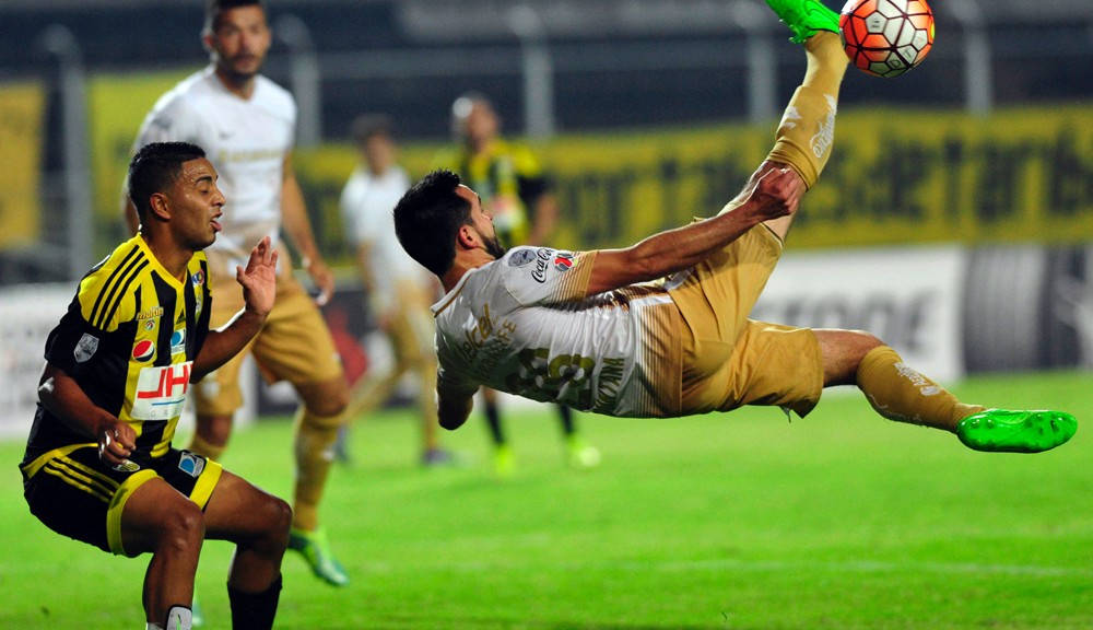 Wilker Angel (L) of Venezuela's Deportivo Tachira vies for the ball with Luis Quintana of Mexico's Pumas during their Copa Libertadores 2016 tournament football match at Pueblo Nuevo stadium in San Cristobal on March 9 , 2016.  AFP PHOTO/GEORGE CASTELLANO / AFP / George CASTELLANOS        (Photo credit should read GEORGE CASTELLANOS/AFP/Getty Images)