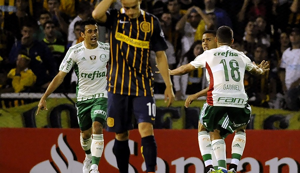 Gabriel Jesus (R) of Brazil's Palmeiras celebrates with teammates after scoring against Argentina's Rosario Central during their Copa Libertadores 2016 football match at the Gigante de Arroyito stadium in Rosario, Santa Fe, Argentina on April 6, 2016.  / AFP / STRINGER        (Photo credit should read STRINGER/AFP/Getty Images)