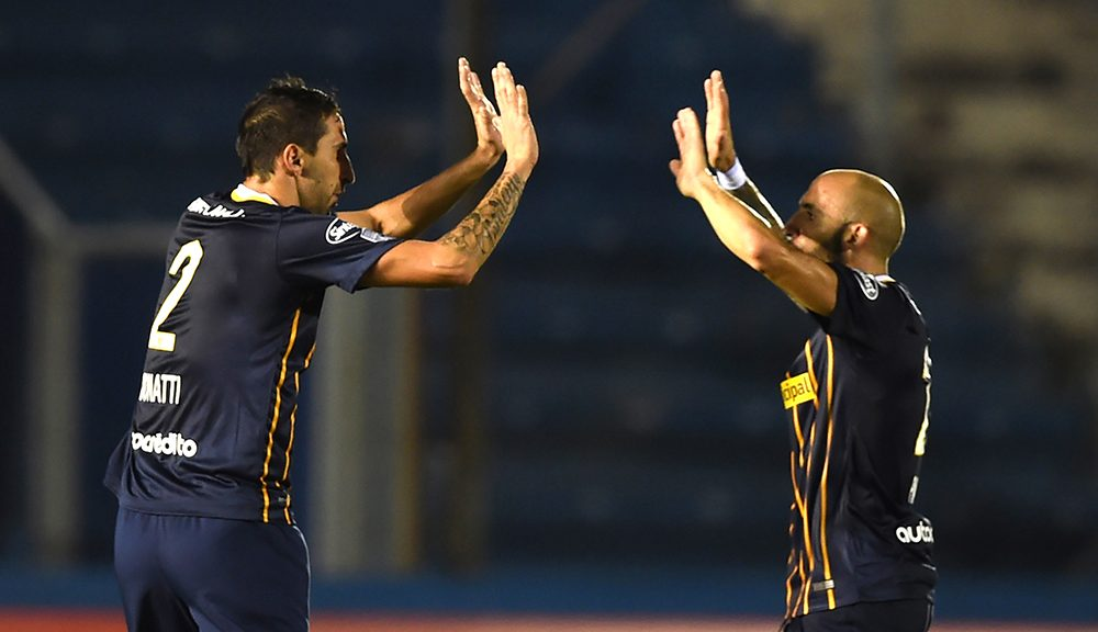 Alejandro Donatti (L) of Argentina's Rosario Central celebrates with Javier Pinola after scoring against Uruguay's Nacional during their Libertadores Cup football match at the Parque Central stadium in Montevideo on April 14, 2016.  / AFP / MIGUEL ROJO        (Photo credit should read MIGUEL ROJO/AFP/Getty Images)