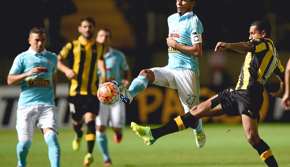 Carlos Lobaton (2-R) of Peru's team Sporting Cristal is marked by Nicolas Freitas of Uruguay's Penarol during their Libertadores Cup football match at the Campeones del Siglo Stadium in Montevideo on April 19, 2016. / AFP / MIGUEL ROJO        (Photo credit should read MIGUEL ROJO/AFP/Getty Images)
