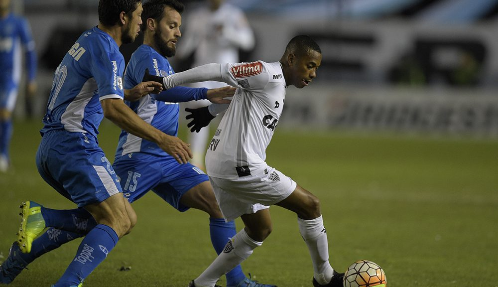 Argentina's Racing Club defender Sergio Vittor (L) and midfielder Ezequiel Videla vie for the ball with Brazil's Atletico Mineiro forward Robinho (R) during their Copa Libertadores 2016 round before the quarterfinals first leg match at Juan Domingo Peron stadium in Avellaneda, Buenos Aires, Argentina,on April 27, 2016. / AFP / EITAN ABRAMOVICH        (Photo credit should read EITAN ABRAMOVICH/AFP/Getty Images)